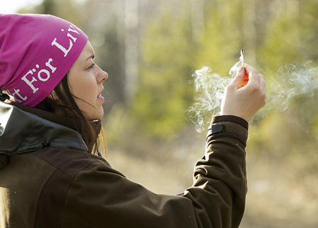 Nathalie kontrollerar vinden noga en god bit före bäverhyddan.