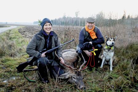 Birgitta Karlsson kan tacka hundföraren Lars Sandell och hans hundar för en lyckad jakt.