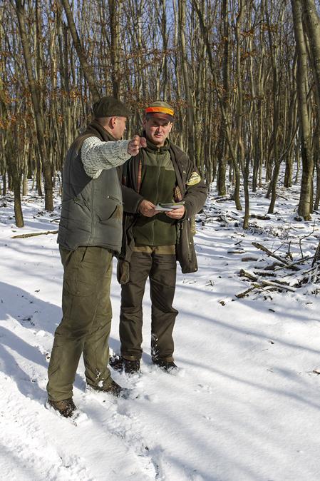 Gyözö Tengerdi är VD för Verga och får här instruktioner av jaktledare Tóth Attila.