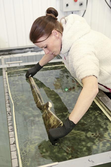 Tikka-kolven doppas och vänds försiktigt i mönstret.
