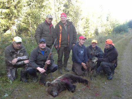 Nöjda björnjägare efter ett mycket spännande och intensivt drev.