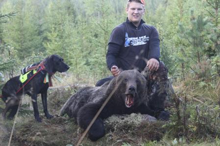Erik Söderlund, plottiken Bonnie och gårdagens björnhanne på 107 kilo.