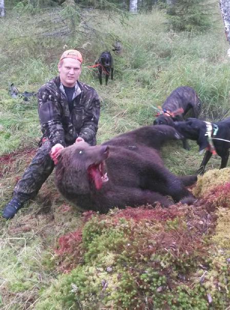 Erik med dagens björn, en hanne på cirka 120 kilo.