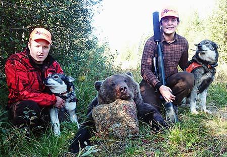 Per Nordwall och skytten Anna Göransson med björn och båda hundarna Siimeksen Jannu och Kougstabackens Hero.