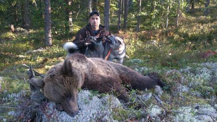 Manollo Rodriguez med björnen han sköt i går.