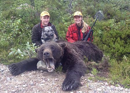 De norska björnjägarna, Ole Gjermund Nymoen och Ida Nymoen, Trysil, fick vänta i tre timmar innan Ida fick skottchans och fällde björnen för gråhunden Sako.