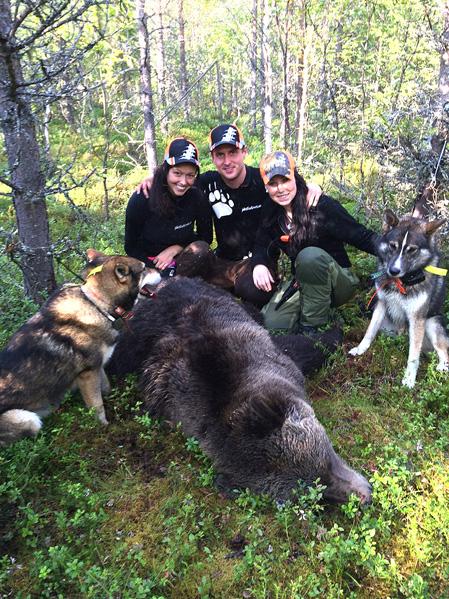 Efter dramatik sköt Robert Salomonsson nyligen en björnhane på nära avstånd. Här tillsammans med sambon Nathalie Jonsson och norska jakttjejen Marte Emilie Nordli Rustad, som var på björnjakt för första gången.