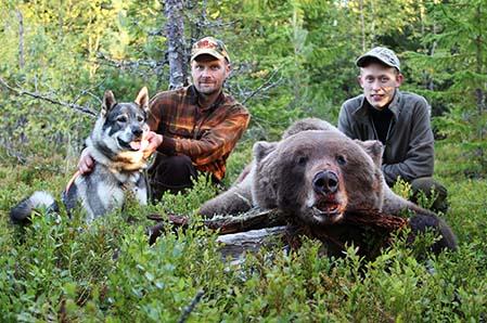 Magnus Persson och Tobias Nilsson, båda från Strömsnäs utanför Stugun i Jämtland,  där de idag på förmiddagen sköt en hanbjörn som vägde 146 kilo efter Magnus jämthund, Bamse.