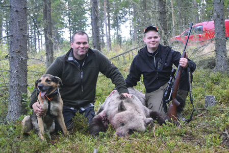 Emil Larsson (tv) från Alfta med sin första björn, en hona 132 kilo.