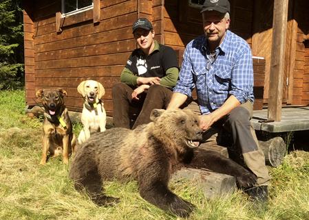 På grannmarken träffar Robert Salomonsson på jägaren Rikard Salomonsson, okända för varandra, och 40 minuter senare hade Rikard fällt en björn på ståndskall för Viking och Turbo.