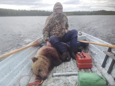 Längdskidåkaren och OS-medaljören Jan Halvarsson styrde båten när björnen bärgades.