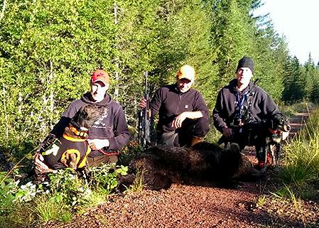 En björnobs i går kväll var starten på dagens lyckade björnjakt i Rotendalen, Älvdalen. Fr v Mikael Falk, med plotten Tiger, i mitten skytten Back Albert Johansson (som även sköt björn ifjol) och Magnus Falk med smålandsstövaren Aho.