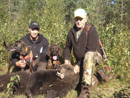 Kurt Lennart Tarander, Röån och Robin Strömkvist med en björnhanne fällde under älgjakten.
