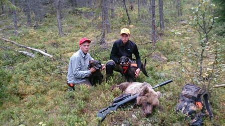 Henrik och Jonathan LindKvist med Råndalsbjörnen.