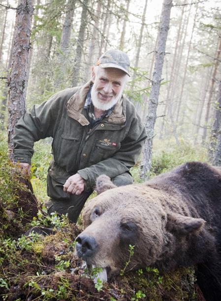 Knuts Hans Hanssons björnjaktsäsong i år har varit händelserik. Först lyckas han skjuta en björn på 310 kilo, bara dagar senare attackeras han av en björn på 268 kilo. Foto: Leif Andersson.