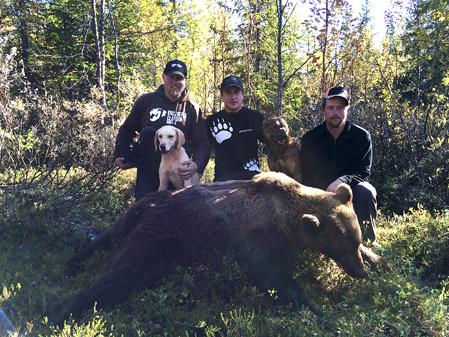 Efter flera timmars spännande jakt lyckades Robert Salomonsson, mitten, fälla en hanbjörn för Turbo och Viking. T v filmaren Kristoffer Clausen och till höger renskötaren Daniel Viklund.