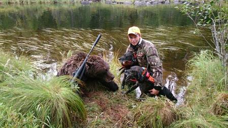 Jonathan Lindkvist, Rex och Hoss, tillsammans med morgonens fällda björn, en hona på 115 kilo.