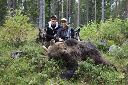 Susanne Königson och Robert Salomonsson med den fällda björnhannen på 130 kilo.