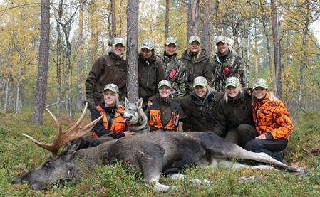 Här är de kvinnliga jägarna i Nordic Women Hunting med en av de fina älgtjurar de fick skjuta. Foto: Privat