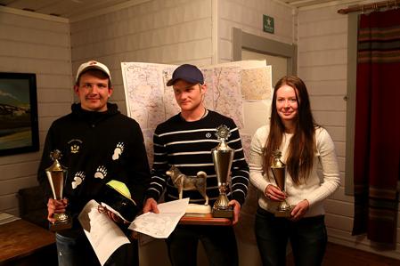 Lyckliga pristagare vid jämthundklubbens ungdomsmästerskap. Fr v tvåan Axel Niilima, Arbrå, segraren Johan Persson, Säter och tredplacerade Evelina Eriksson, Kårböle.