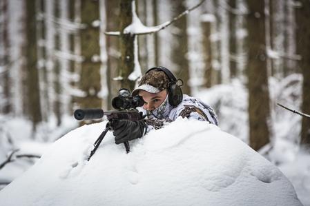 Med kamouflage, benstöd och ett högförstorande kikarsikte är förutsättningarna utmärkta för ett bra skott.