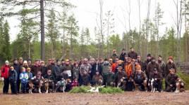 Ett 60-tal stövarintresserade fick möta fem olika stövarraser och senare lyssna tolv stövare som på olika områden drev både hare och räv. Foto: Jan Zakrisson.