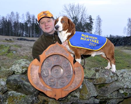 Nordisk Mästare 2014, dreverhanen Buster från Sollebrunn, kan tillsammans med husse, Anders Carlsson, stolt posera med den åtråvärda NM-titeln. Foto: Petra Carlsson.
