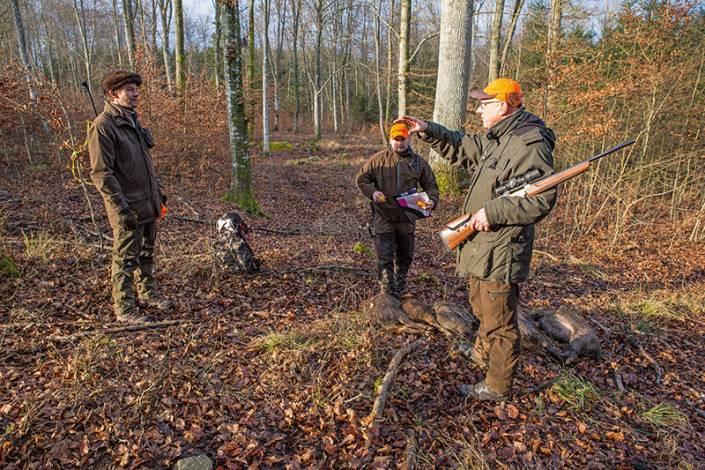 Christian Treschow, till vänster, och Anders Riling, i mitten, har skjutit två vildsvin var. Anders Lindqvist ger dem ett referat av händelserna i sitt pass.