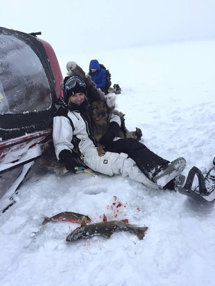 Jessica Ädel visade sig vara en säker rödingfiskare. Här med Robert Salomonssons björnhund Gnistra.
