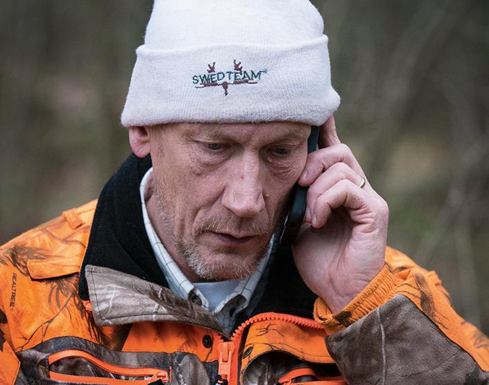 Det rings mycket i Bulas telefon. Under jaktsäsong är det inte helt lätt att få tag i honom heller.