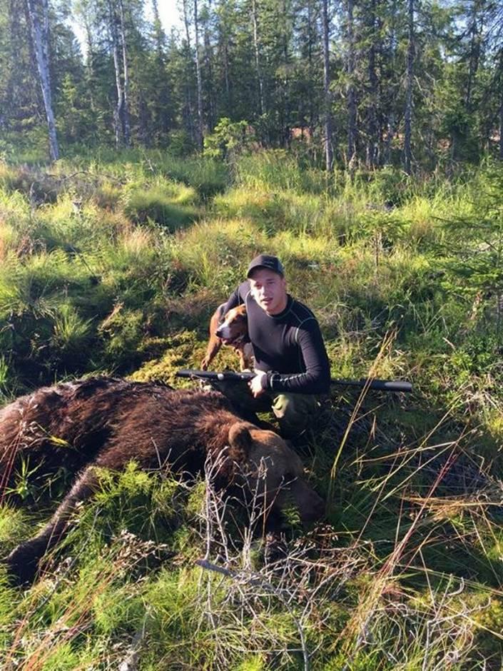 Första björnen kunde Andreas fälla efter en rejäl löpning.