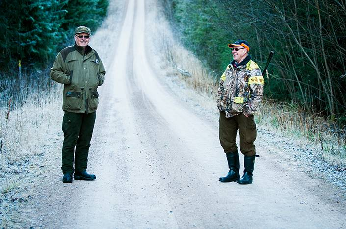 Nils-Erik Edlund från Ilbäcken och Göran Nilsson Vansbro byter erfarenheter och skrönor från sammanlagt över 100 år längs harlöpan, medan de lyssnar på ytterligare ett örongodis som klingar i markerna.