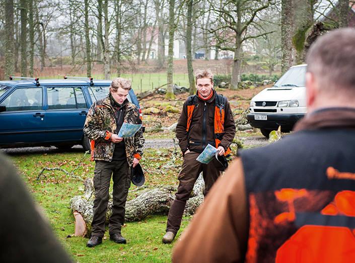 Max Wahlberg och Anton Storck är jaktledare och går igenom PM:et för deltagarna.