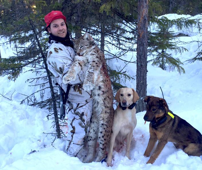 Samen Nejla Fjellström med det senast fällda lodjuret.