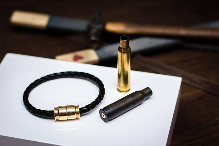En av storsäljarna bland de manliga kunderna, Bear armband.