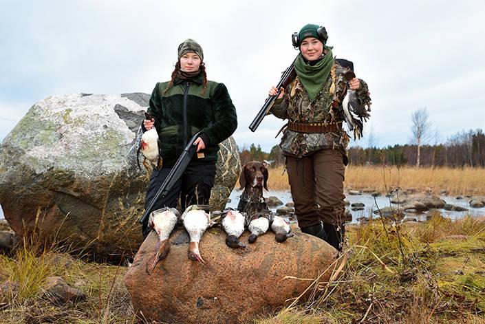 Två mycket stolta ungdomar med sina första fåglar. Sanna Pettersson och Elin Seger.