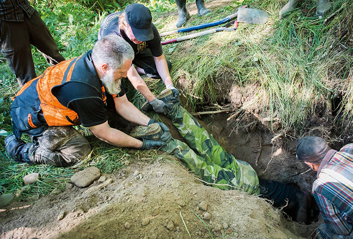 Kent Edvartsen, Grunnebo och Jonas Bäcklund, Trollhättan ser till att Tobias inte står på huvudet ner i hålet.