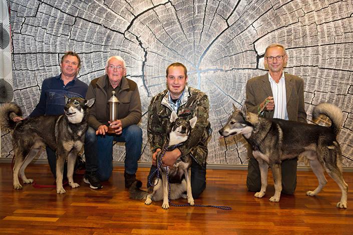 Stenhård kamp i toppen. Fr v: SM-tvåan Ljungmyrens Sack, ägare Jan och Stig Lövgren. Sm-vinnaren Mottibäckens F Satan, Peter Klein. SM-tran Lundbergs Sacko, Leif Lundberg.