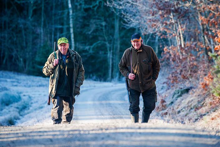 Två luttrade jägare och markägare njuter av den fina luciamorgonen. Ingvar Andersson (t v) och Sigvard Lundqvist (t h).