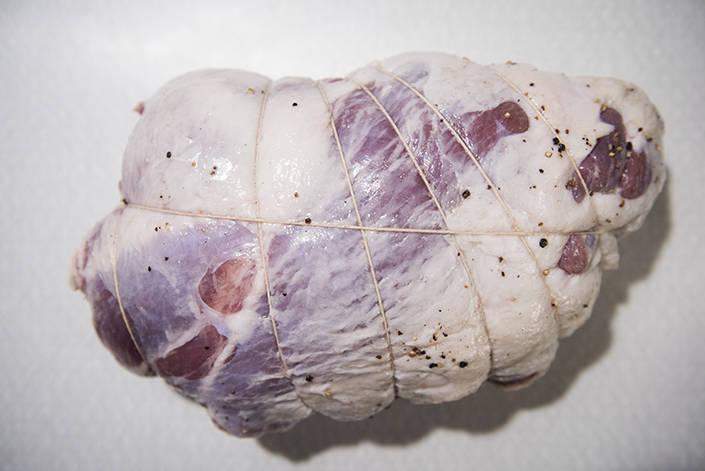 Skinkan binds upp så den får en fin form. Mindre skinkor kan med fördel nätas.