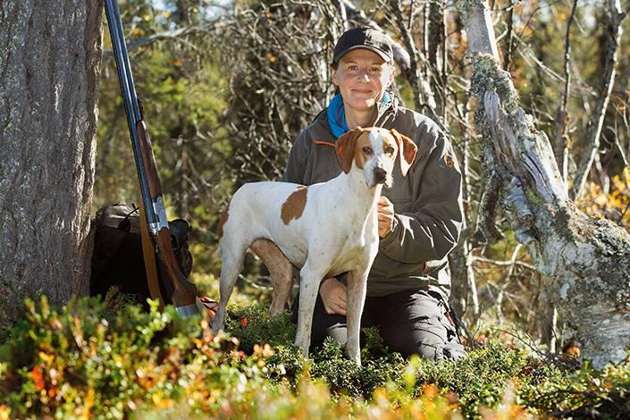 Irene Lundmark med sin pointertik Orka som vann höstens prov i Pirttivuopio i konkurrens med sjutton andra stående fågelhundar i elitklassen.