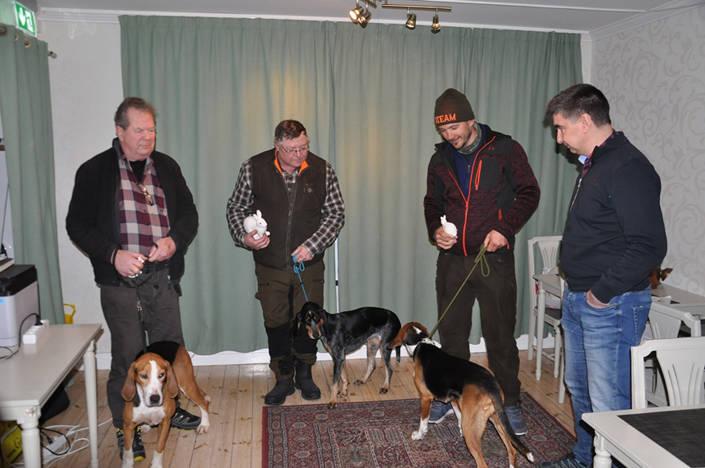 Topp tre vid Eksjöprovet. Fr v Oe Wilma, Thomas Nordby, segraren Axemmy´s Hilda, Lars-Ove Fritz, samt trean Söpö, Magne Bäe. Samt provledaren Gunnar Pettersson.