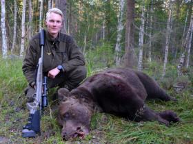 Johan Alkberg fick skjuta sitt livs första björn - en 281-kilos hane som blev den största som fälldes i den svenska licensjakten 2018. Foto: Torjbörn Pant