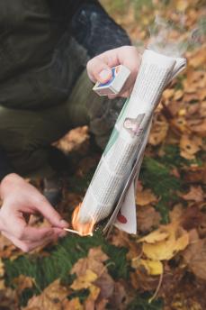 Se till att tidningen fattar eld ordentligt i ena änden innan du lägger ner den.