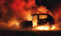 När jägarna kom tillbaka från skogen stod bilarna i brand. Arkivbild: Gettyimages